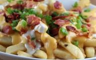 Batatas-fritas-com-molho-de-queijo-e-bacon-1